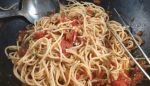 clamsmato pasta in wok